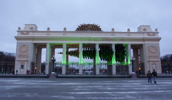 Новорічна ялинка в Москві зависла в в повітрі. Перекреативили...