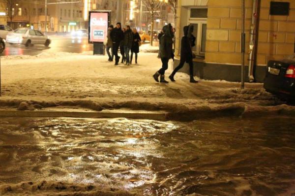 Реконструированные улицы с урбанистическими красотами превратились в соляные озера.