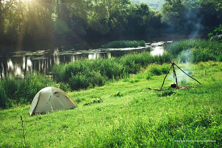 tent-and-bonfire,-cooking,-in-the-meadow-by-the-river,-tourism.jpg