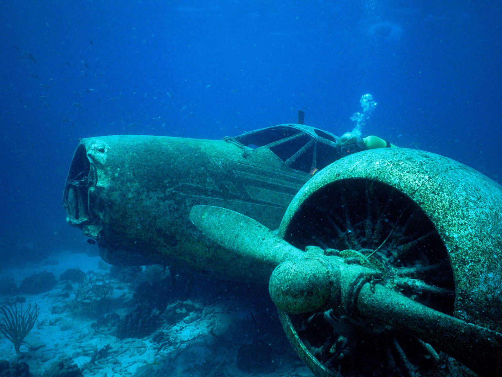 airplanes-crash-wrecks-underwater-airplane-wreck-diving-disaster