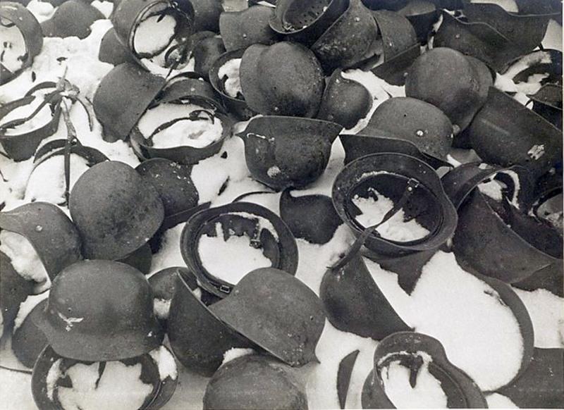 Каски немецких солдат зимой