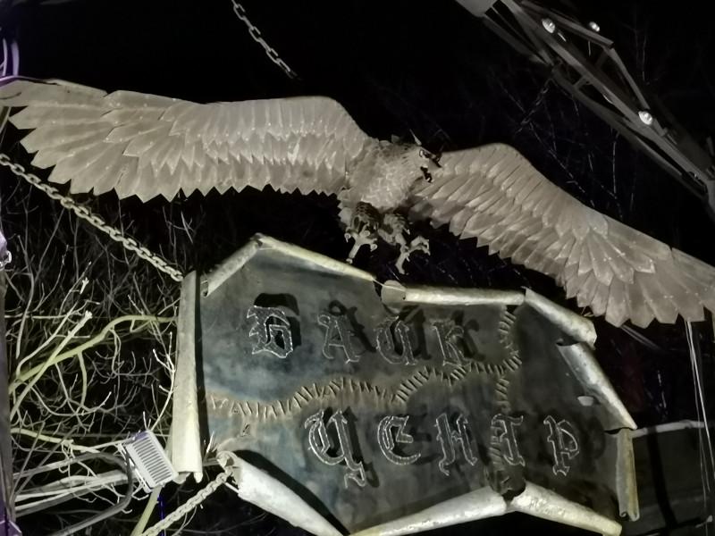 Столько раз в Байк центре была и только сейчас увидела, что у крылатой твари над воротами голова волка🤣