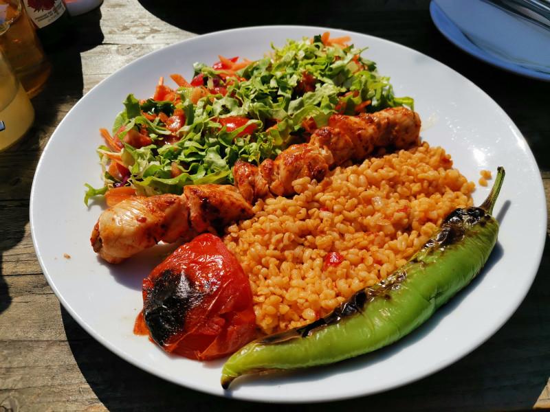 Куриный шашлык с салатом, булгуром, печеными овощами. Стамбул