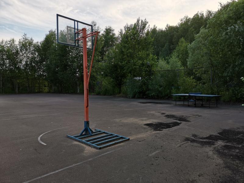 Есть баскетбольная площадка