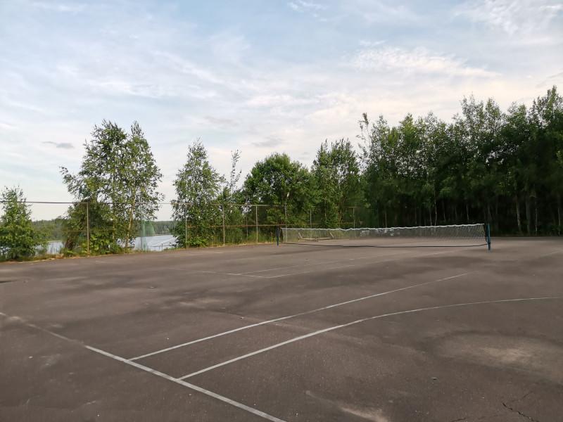 И площадка для тенниса. К сожалению не отгорожена от баскетбольной