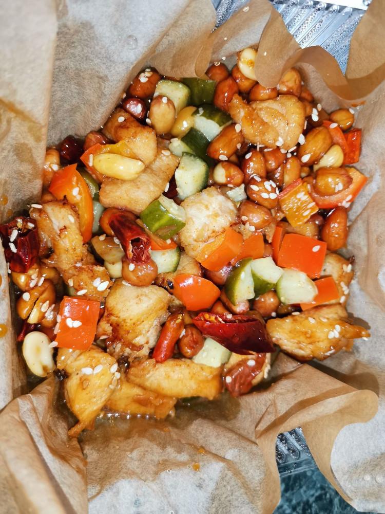 Курица с овощами и арахисом в кисло-сладком соусе