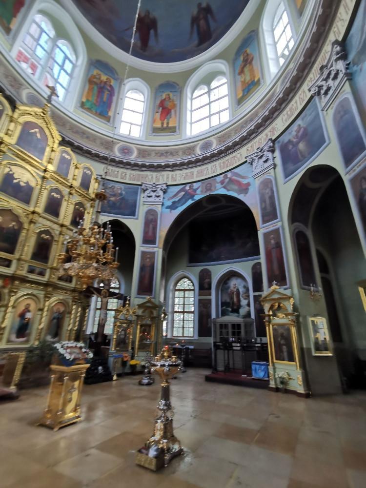 Церковь богато украшена росписью. Основной придел освящен в честь святителя Николая.