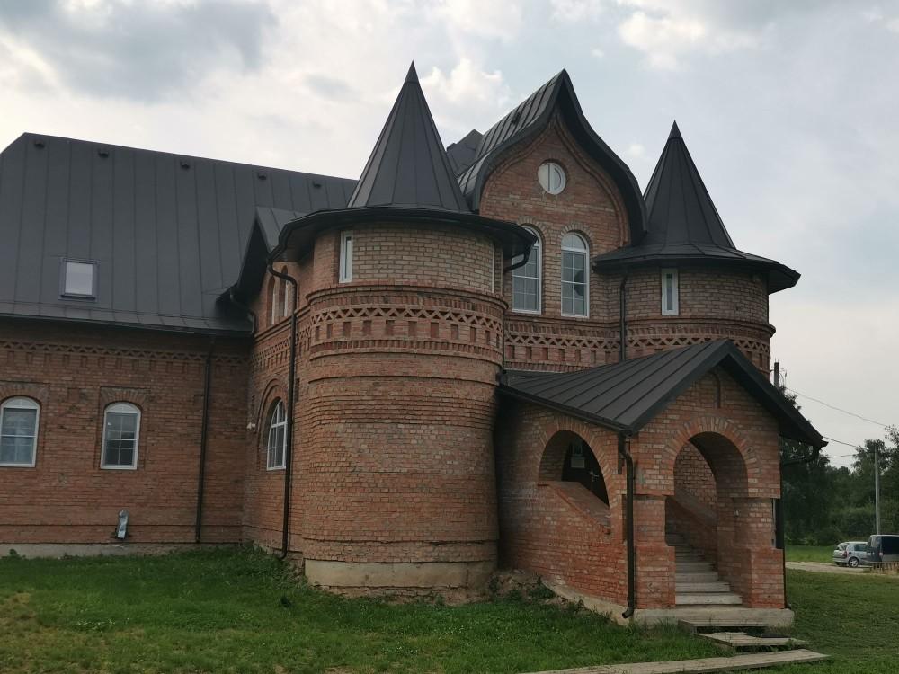 И снова современное здание, но при этом такая красивая кирпичная кладка.