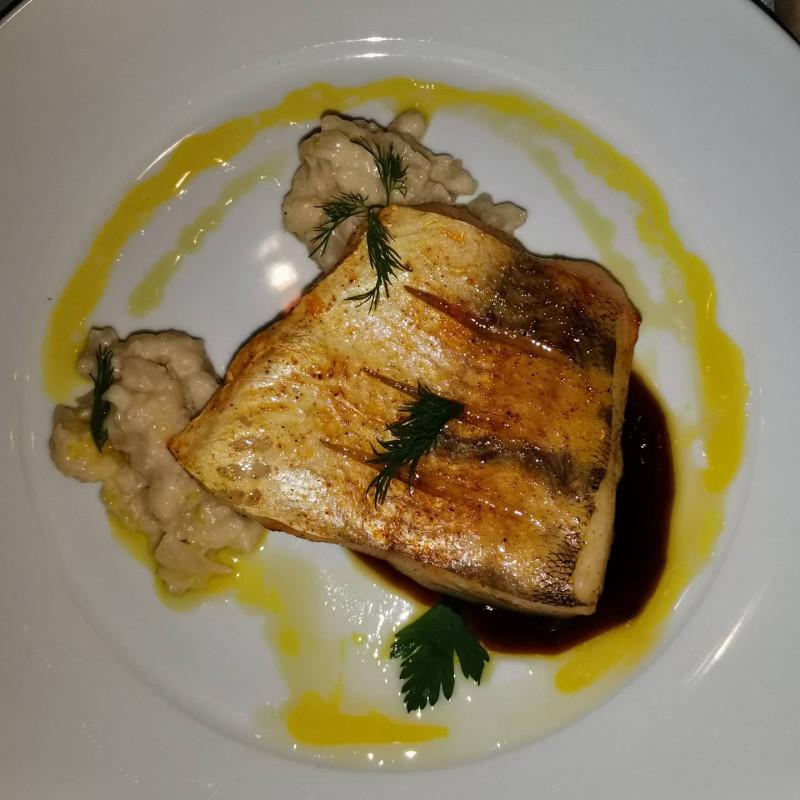 Белая рыба, возможно судак, с ягодным соусом и гарниром из цветной капусты в сливках