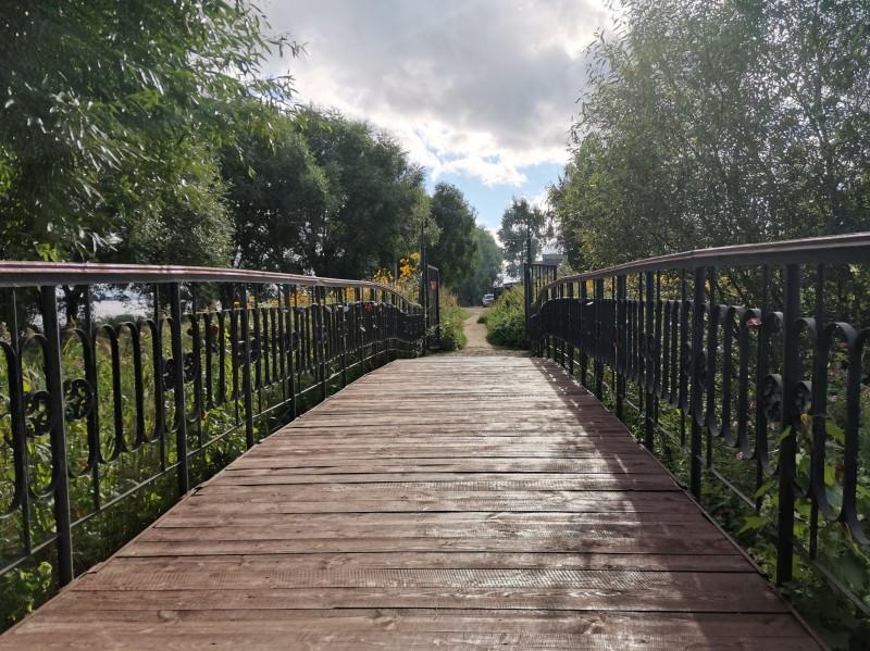 Пешеходный мост из Городского парка