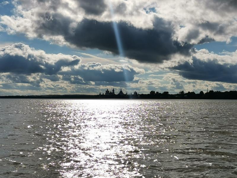 Прогулка на судне по Неро. Вид на Спасо-Яковлевский монастырь