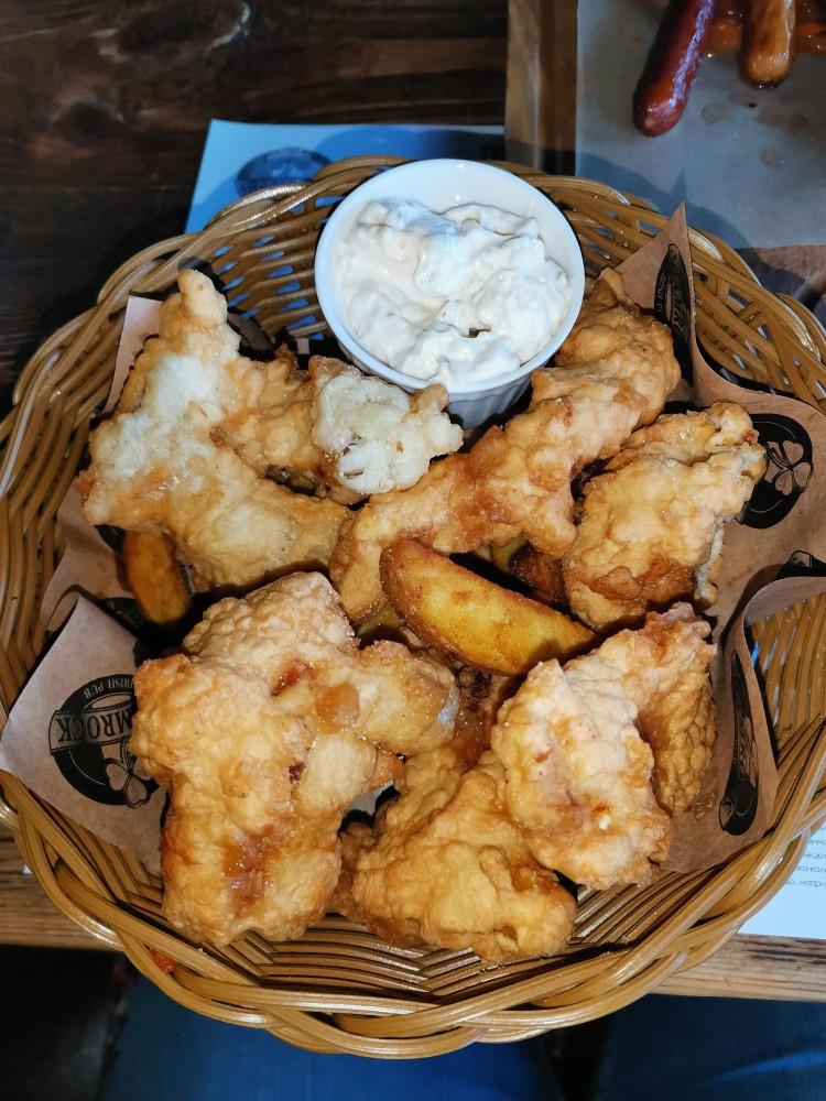 Fish&chips. Огромные куски трески в панировке, картофельные дольки и соус аля тар-тар