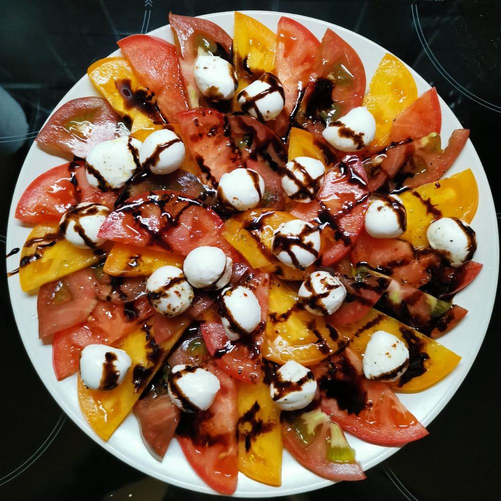 Салат с разноцветными помидорами и моцареллой