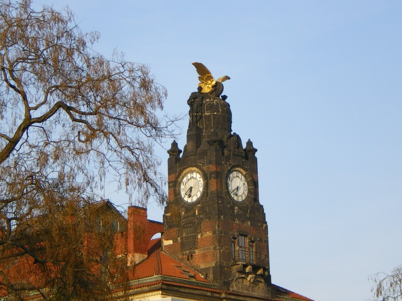 Часовая башня старого здания Главного вокзала Праги со стороны парка