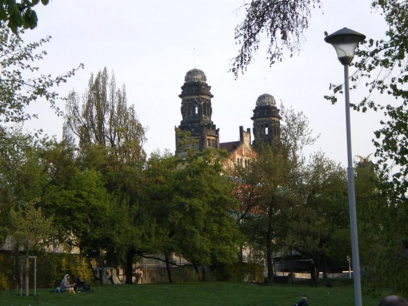 Вид на Главный вокзал Праги со стороны парка