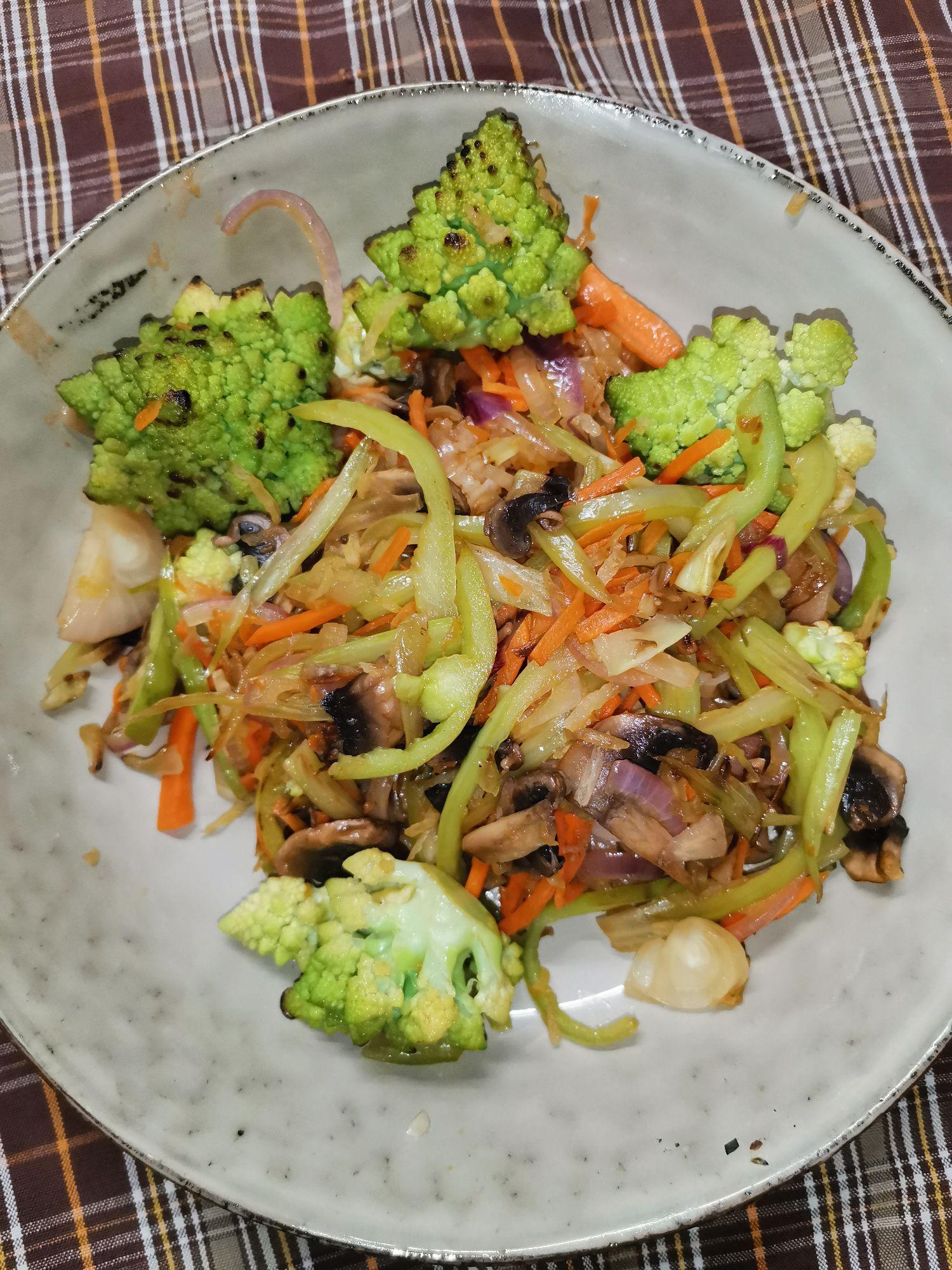 Лапша рисовая с капустой романеско, овощами и копченой куриной грудкой с соусом пад тай