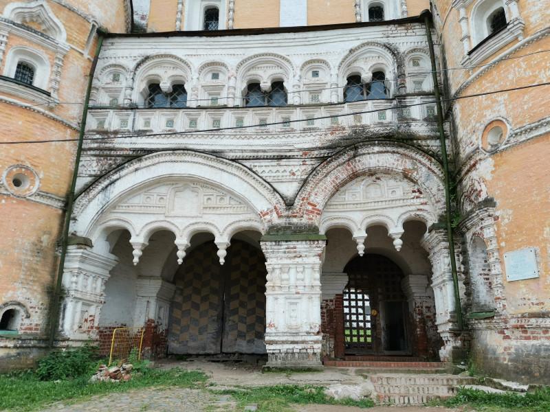 Борисоглебский монастырь Северные ворота и Сретенская надвратная церковь