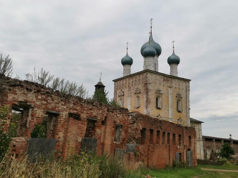 Братский корпус руины Борисоглебский монастырь