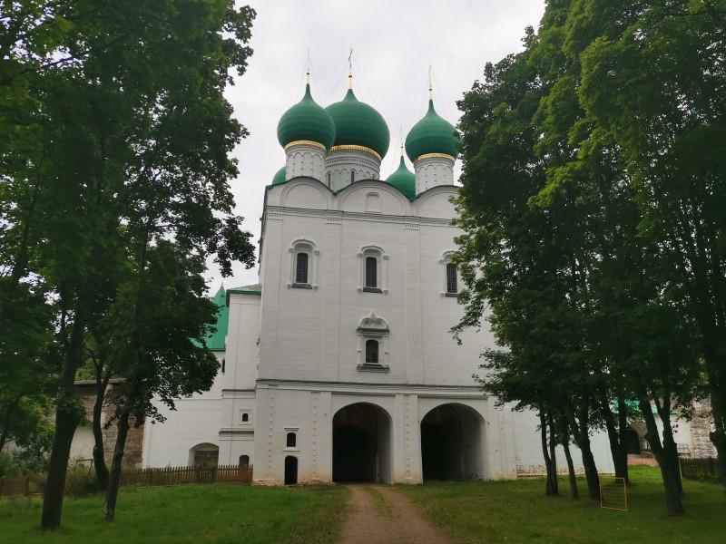 Южные ворота и Сергиевская надвратная церковь
