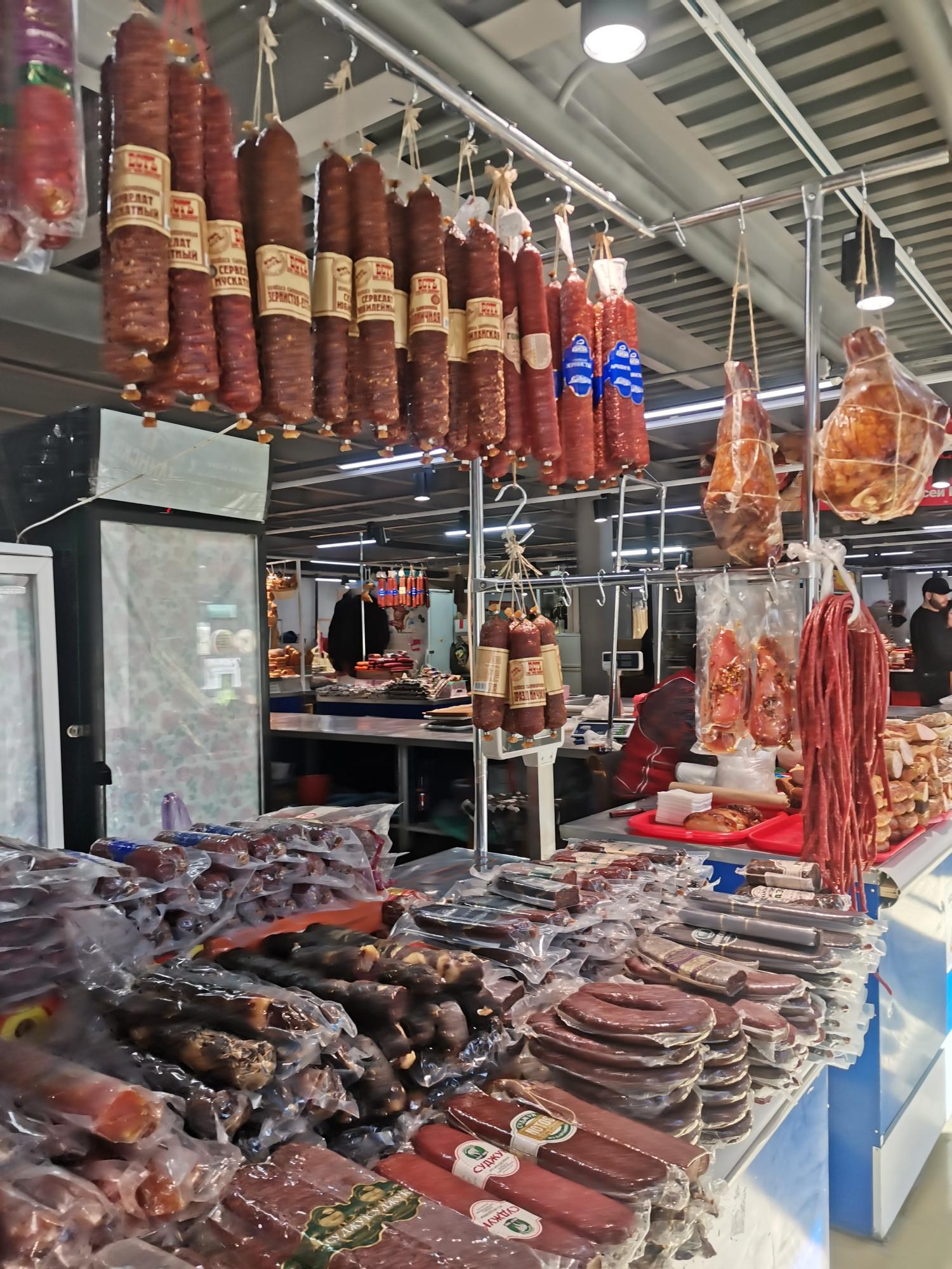 Мясные деликатесы: суджук, копченые колбасы из разного мяса