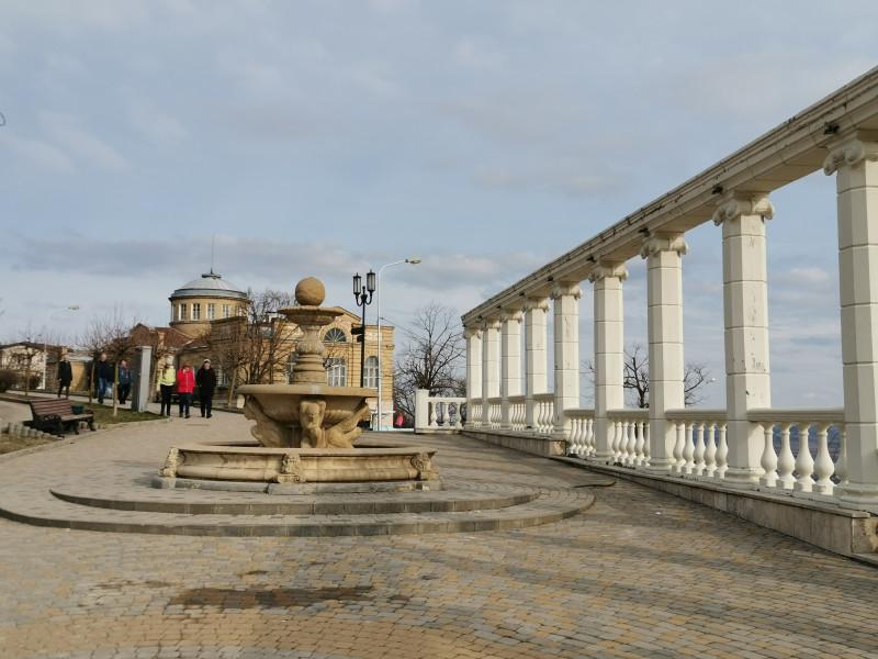 Колоннада и фонтан