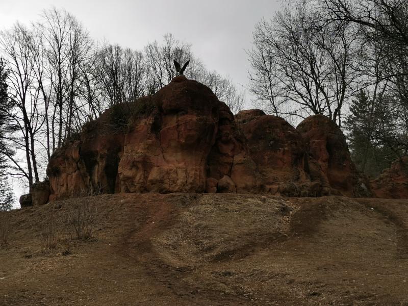 Красные камни и скульптура Орла Курортный парк Кисловодск
