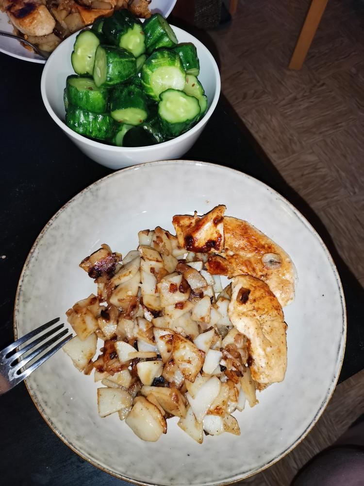 Жареная картошка с куриным филе и малосольными огурцами