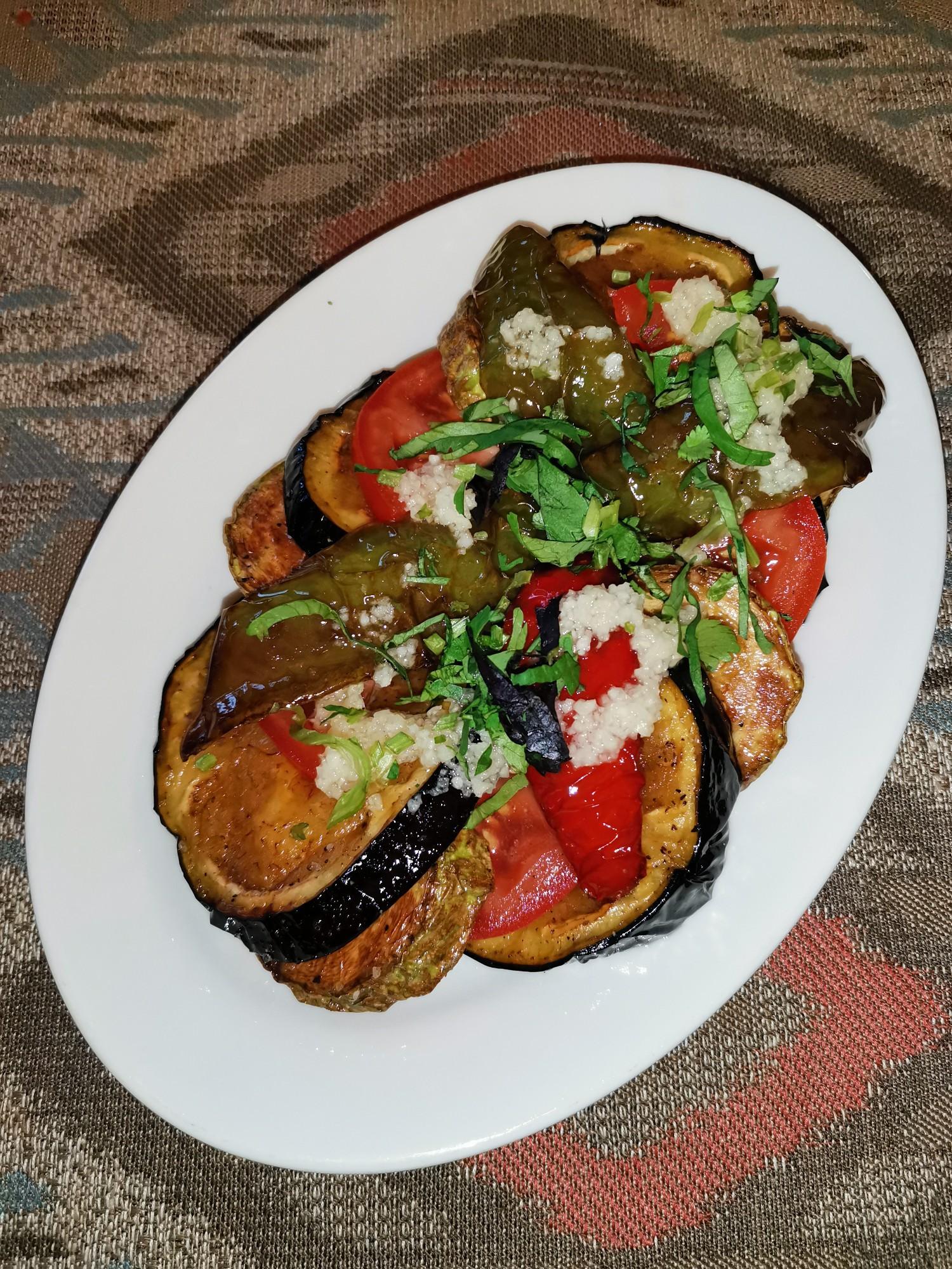 Салат теплый из обжаренных овощей в кафе Шашлык-Машлык