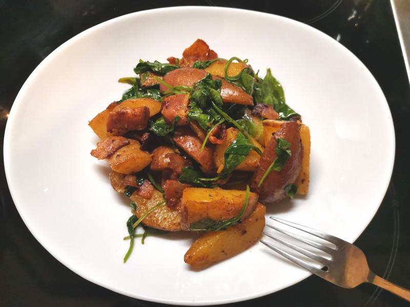 Картошка с беконом и шпинатом с паприкой