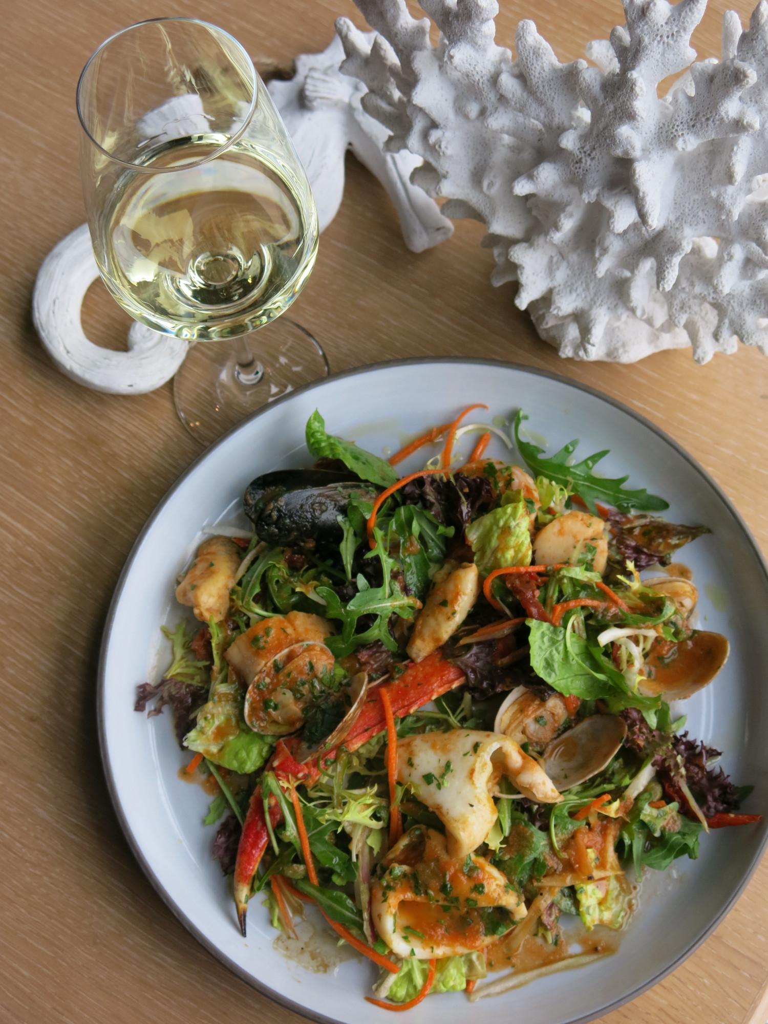 Средиземноморский салат с морепродуктами