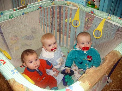 дети в манеже