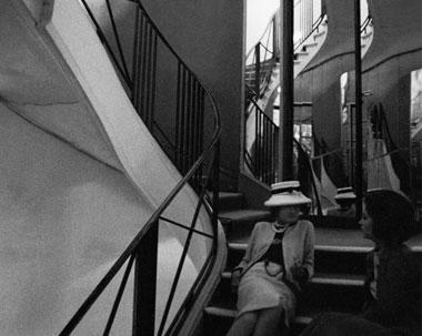 Coco-Chanel-dans-les-marches-de-son-escalier-de-verre1