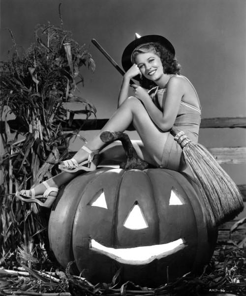 vintage-halloween-pinup-anne-nagel