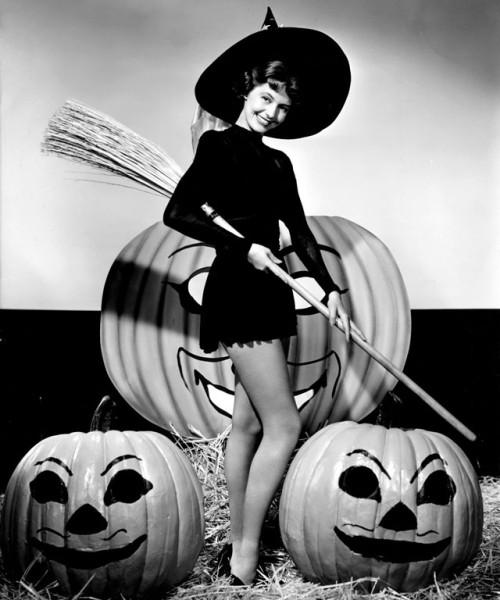 vintage-halloween-pinup-cyd-charisse