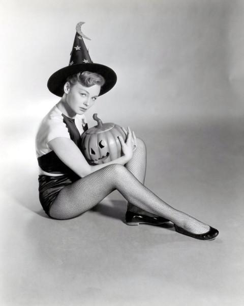 vintage-halloween-pinup-etchika-choureau