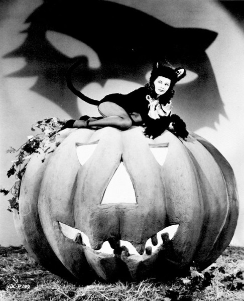 vintage-halloween-pinup-yvonne-de-carlo