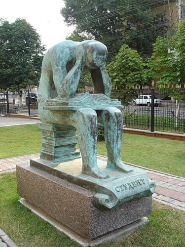Памятник студенту