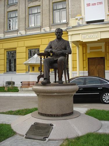 Памятник Разумовскому В.И. - первому ректору Саратовского Государственного Медицинского Университета