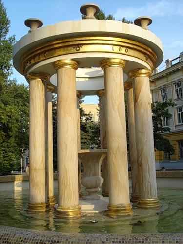 Ротонда и фонтан на территории СГМУ