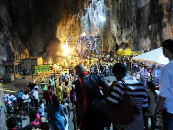 Вид пещер сегодня и в праздник Тайпусам