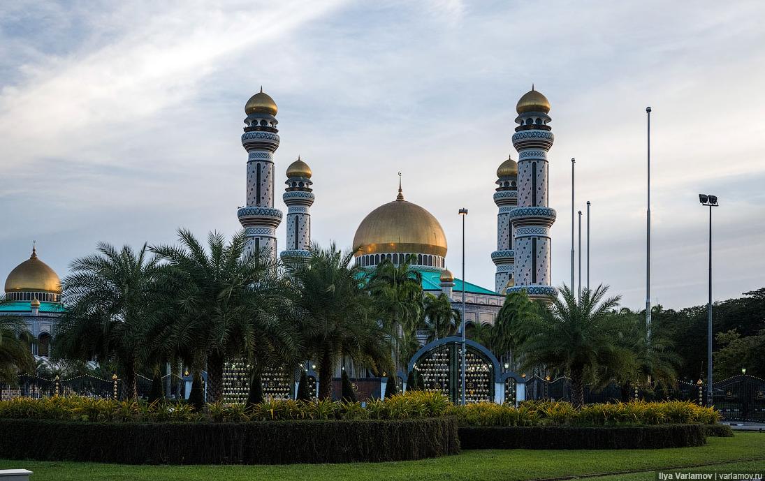 Бруней. За мужеложство, лесбийство, измену и изнасилование ввели смертную казнь
