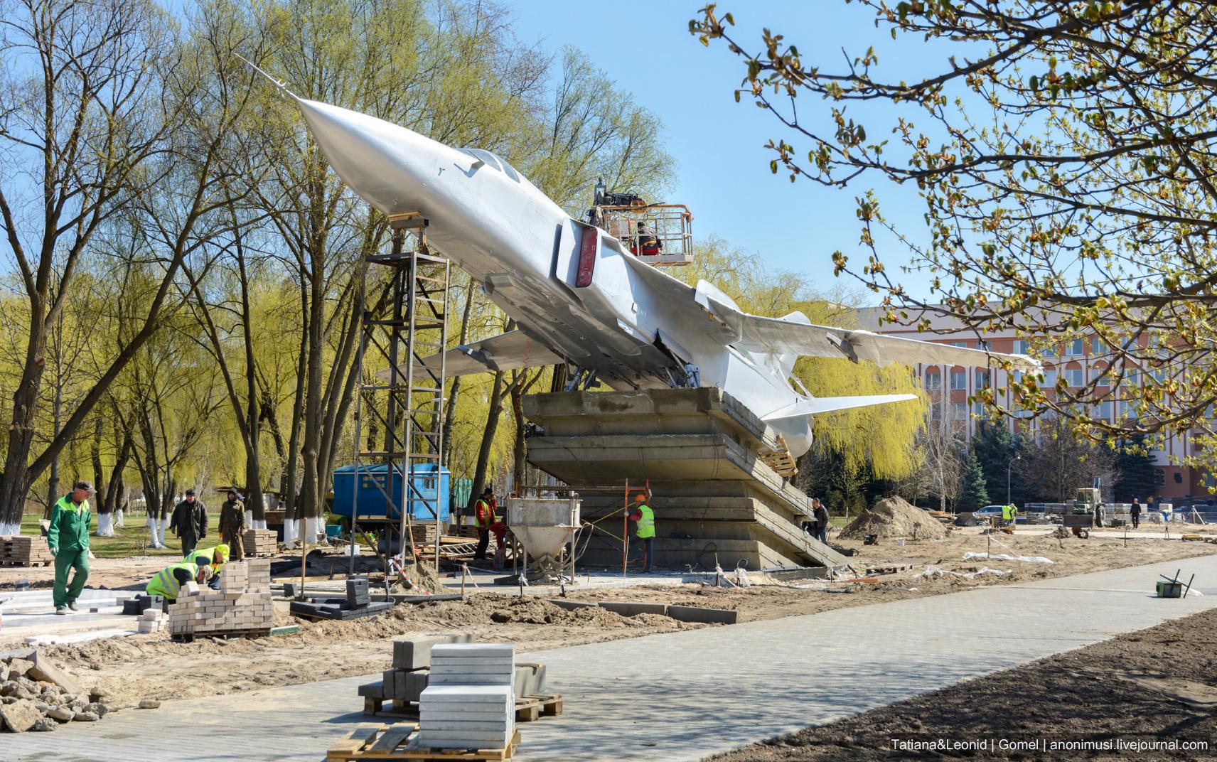 Самолет Су-24 устанавливают в Гомеле