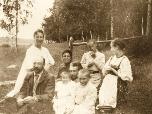 Борис Пастернак и Ольга Фрейденберг (первые справа в верхнем ряду). Оболенское.