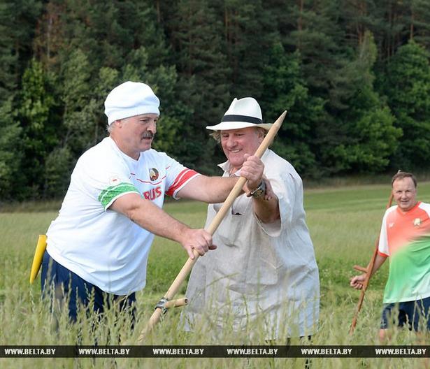 Лукашенко Депардье косить учил