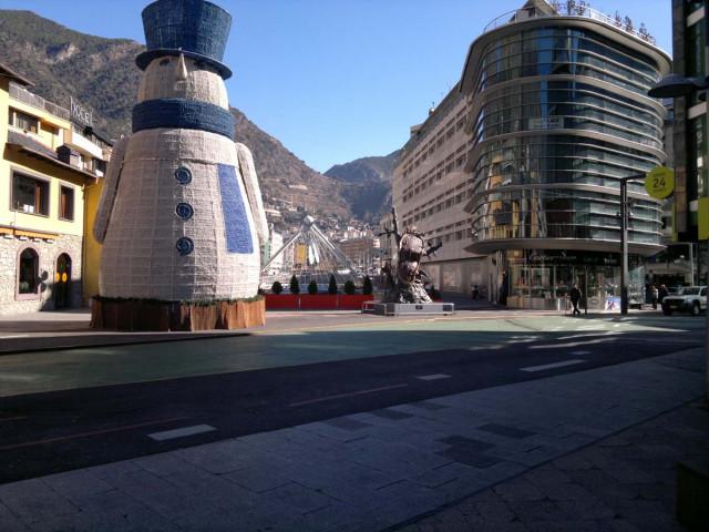 Андорра Ла Велья. Справа - скульптура работы Дали, слева - работа Церетели.