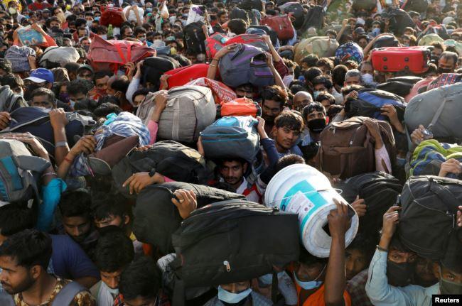 Мигранты штурмуют автобусную станцию на окраине Дели, несмотря на карантин и комендантский час.