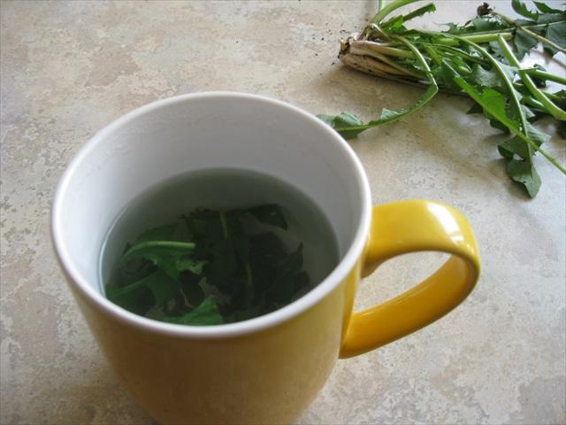 dandelion tea infusing.