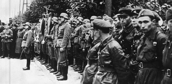 Этот оркестр играл обычный на немецких парадах Брандербургский марш