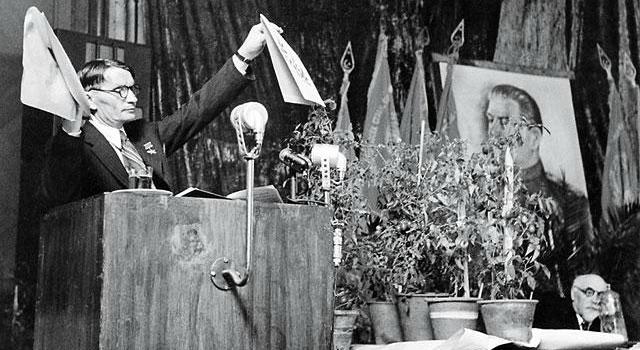Лысенко демонстрирует достижения советской науки