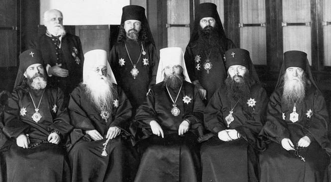 Члены Синода. В центре – председатель, митрополит Киевский Владимир (Богоявленский). Справа – архиепископ Финляндский Сергий (Страгородский)